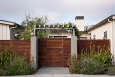 Architects Garden Privacy Screens Gardenista Says SFbased landscape architect Pete Pedersen of Pedersen Associates The real key to any privacy solution is layers The fi. Modern Front Yard, Front Yard Fence, Modern Fence, Farmhouse Landscaping, Farmhouse Garden, Modern Farmhouse Exterior, Garden Privacy Screen, Yard Privacy, Privacy Screens