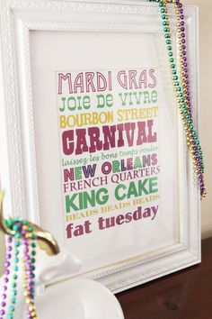 Mardi Gras Tablescapes and Decor with Free Printables and DIY Tutorials - B. Lovely Events Mardi Gras Tablescapes and Decor with Free Printables and DIY Tutorials - B. Mardi Gras Centerpieces, Mardi Gras Decorations, Unique Centerpieces, Centerpiece Ideas, Mardi Gras Food, Mardi Gras Party, Subway Art, Free Prints, Holiday Fun
