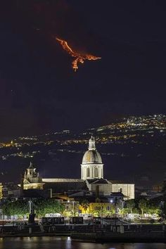 The Mount Etna Eruption (Sicily) — Phoenix illusion - phoenix post - Imgur Monuments, Tlingit, Lava Flow, Marvel, Catania, Salvador Dali, Nature Images, Optical Illusions, Paisajes