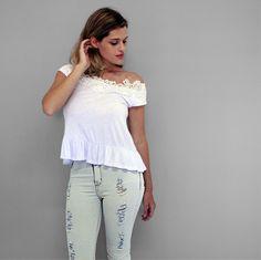 Para as amantes de jeans: os modelos destroyed estão super em alta! Complete a produção com uma blusa com renda guipir branca e arrase! :) #veraojustenjoy [Calça jeans clara rasgada R$ 138,60 | Blusa guipir R$ 43,20]