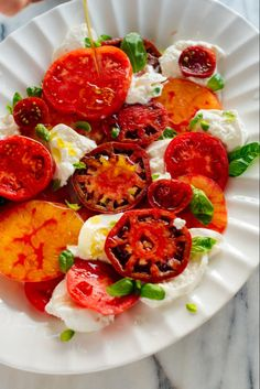 Tomato Recipes The BEST Caprese salad you'll ever have! This salad is made with juicy heirloom tomatoes, burrata instead of mozzarella, lots of fresh basil and a drizzle of olive oil. Vegetarian Salad Recipes, Healthy Recipes, Lunch Recipes, Appetizer Recipes, Healthy Food, Appetizers, Caprese Salad Recipe, Easy Summer Dinners, Summer Tomato