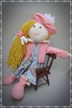 PRONTA ENTREGA! Moly é uma bonequinha cheia de charme, e está super preparada para o outono com seu casaco e botas. Sua fofura é graças ao enchimento de fibra anti alérgica para proteger a criança. Com aproximadamente 45cm além de decorar, pode brincar a vontade, pois sua roupinha pode ser tirada, lavada e até trocada por outra, qual criança não gosta de trocar as roupinhas de suas bonecas não é mesmo? R$ 85,00
