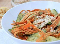 Raw insalata di carote e zucchine con pesto di coriandolo.