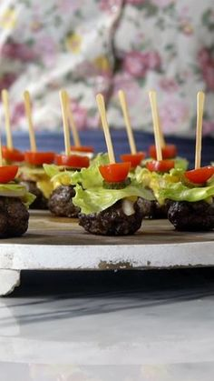 Surpreenda seus convidados com essa deliciosa receita de hambúrguer no palito! Party Finger Foods, Snacks Für Party, Finger Food Appetizers, Appetizers For Party, Appetizer Recipes, Appetizers On Skewers, Toothpick Appetizers, Individual Appetizers, Wedding Finger Foods