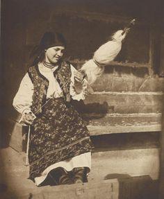 Old Romania – Adolph Chevallier photography – Romania Dacia Michael I Of Romania, Romania People, European Tribes, Romanian Girls, Vintage Photos Women, Weaving Textiles, Folk Costume, Traditional Outfits, Old Photos