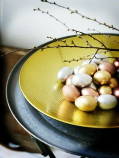 Easter goes glam with metallic painted eggs in an ANGENÄM black-brown and gold dish.