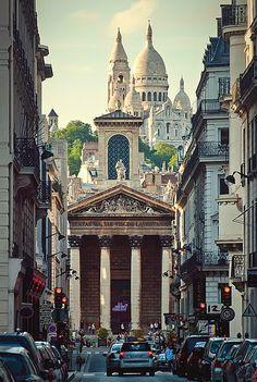 Basilique du Sacré-Cœur Um dos monumentos mais visitados da França, a basílica tem o formato de cruz grega adornada por quatro cúpulas, incluindo a cúpula central de oitenta metros de altura. Na abside, uma torre serve de campanário a um sino de três metros de diâmetro e de mais de 26 toneladas.