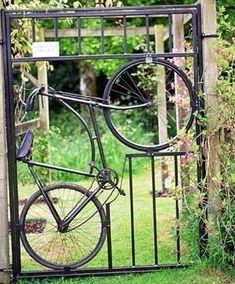 Gorgeous DIY Garden Gate Ideas To Enhance Your Landscape Your backyard will lose its prominence without a garden gate. Try these 39 gorgeous garden gate ideas below and make your own one. You will find these garden gates are not limited to creativity. Old Bicycle, Bicycle Art, Old Bikes, Bicycle Decor, Bicycle Design, Yard Art, Dream Garden, Home And Garden, Easy Garden