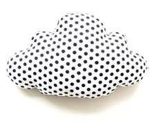 Dit is een leuk en lief kussentje met zwarte stip aan de voorkant. Ideaal voor de baby- of kinderkamer.  Met een formaat van 25x40 cm is dit kussen zowel te gebruiken als decoratie als knuffel, zeker omdat de de wafelkatoenen achterkant heerlijk zacht is.  De buitenzijde is van 100% katoen, de binnenzijde is 100% polyester.  Wassen via handwas en aan de lucht laten drogen.