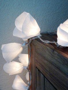 Lichterkette mit Blüten aus Krepppapier