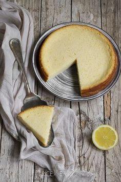La Torta impossibile al cocco e limone è un dolce che si prepara in pochissimi minuti, tutti gli ingredienti vanno frullati insieme per pochi secondi e versati direttamente nella tortiera e la consistenza che si ottiene è simile a quella di un flan.