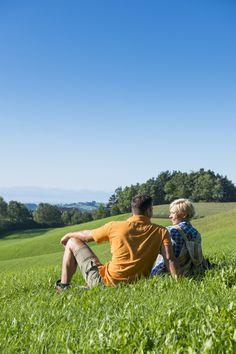 Den #Weitblick beim #Wandern im #Mühlviertel genießen. Weitere Informationen zu #Wanderurlaub im Mühlviertel in #Österreich unter www.muehlviertel.at/wandern - ©Mühlviertel Marken GmbH/Erber Couple Photos, Couples, Beautiful Kids, Hiking Trails, Hiking, Branding, Viajes, Couple Shots, Couple Photography