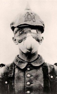 A German soldier with an improvised gas mask in Photo: Berliner Verlag/Archiv World War One, First World, Ww1 Soldiers, German Uniforms, German Army, Historical Pictures, Vietnam War, Dieselpunk, Military History