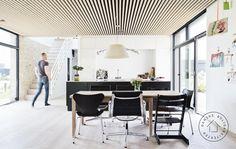Både på gulvet og i loftet er der træ, som giver en fantastisk akustik i det store fællesrum.
