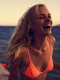 laughing blonde by the beach // sunset lighting // happy // seaside // blonde // salt hair // beach hair