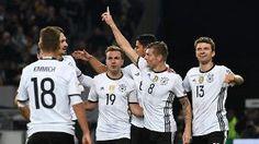 Fingerzeig: Toni Kroos (Zweiter von rechts) freut sich über seinen Treffer für die deutsche Nationalmannschaft und wird von seinen Teamkameraden gefeiert. (Quelle: Reuters)