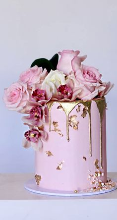 Wedding cakes pink Beautiful drip cake in pink and gold with . - Wedding cakes pink Beautiful pink and gold drip cake with large roses! Pretty Cakes, Cute Cakes, Beautiful Cakes, Amazing Cakes, Bolo Drip Cake, Drip Cakes, Raisin Cake, Wedding Cake Inspiration, Fancy Cakes