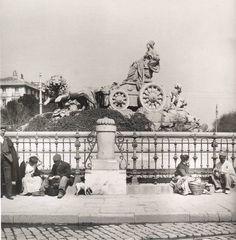 La Diosa Cibeles, Madrid (01/01/1906)  La diosa Cibeles, con madrileños a sus pies