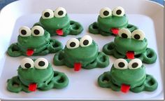 Oreo Pretzel Frogs These are a fun super easy treat that kids (big and small) will love. A fun project for spring or any time of year. The post Oreo Pretzel Frogs was featured on Fun Family Crafts. Party Treats, Holiday Treats, Fudge, Paletas Chocolate, Oreos, School Treats, Family Crafts, Food Crafts, Edible Crafts
