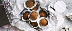 Itse tehdyt lakutryffelit on helppo valmistaa. Pakkaa tryffelit rasiaan ja anna lahjaksi. Voit valmistaa kerralla myös tupla-annoksen. N. 0,15€/kpl. Vegan Treats, Vegan Foods, Candy Cookies, Something Sweet, Fudge, Liquor, Recipies, Cheesecake, Muffin