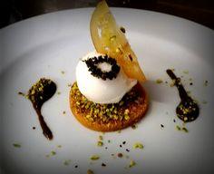 Medea : biscotto morbido all'albicocca pralinato al pistacchio con gelato al limone e salsa di menta e liquirizia