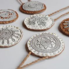 Resultado de imagem para how to do the double snowflake braid Sami bracelet Viking Dress, Textiles, Coin Necklace, Handicraft, Diy Jewelry, Snowflakes, Coins, Braids, Weaving