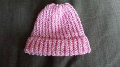 Kleine roze gebreide muts. Omtrek 36 cm = maatje babyhoofd € 5,00