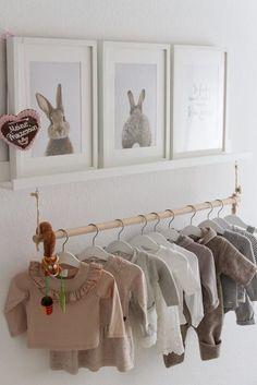 Leuk om een paar kleertjes aan een houten stok op te hangen als soort kledingrek. Baby Bedroom, Baby Room Decor, Nursery Room, Girl Nursery, Girl Room, Girls Bedroom, Nursery Decor, Room Baby, Baby Rooms