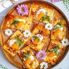 Filodegspizza med löjrom, krämig crème fraiche och färsk dill. Ett underbart inslag på buffébordet året om! Här hittar du vårt recept på filodegspizza. Lentil Burgers, Creme Fraiche, Hawaiian Pizza, Lentils, Vegetable Pizza, Quiche, Tapas, Sandwiches, Food And Drink