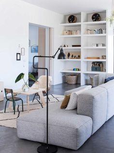 lichte woonkamer met grijze bank