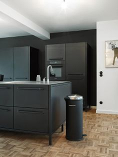 This modern Scandinavian apartment in Hamburg Germany is a lovely palette of black white and wood tones. The one element that I like is the Interior Simple, Modern Interior Design, Interior Architecture, Black Kitchens, Home Kitchens, Ideas Prácticas, Scandinavian Apartment, Industrial Apartment, Inspiration Design