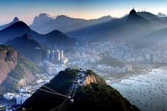 Morro da Urca na cidade do Rio de Janeiro, estado do Rio de Janeiro, Brasil.  Fotografia: Roberto Peradotto no Flickr.