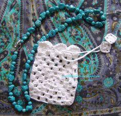 SAQUINHO DE CROCHE PARA PRESENTE | FALANDO DE CROCHET Crochet Sachet, Free Crochet Bag, Crochet Pouch, Crochet Art, Crochet Purses, Love Crochet, Crochet Crafts, Crochet Flowers, Crochet Projects