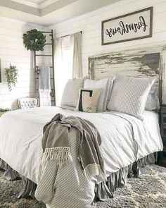 Having a small room doesn't mean you can't have a dream bedroom design, for example, a farmhouse bedroom design. Although the farmhouse bedroom design looks mor Farmhouse Style Bedrooms, Farmhouse Master Bedroom, Farmhouse Style Kitchen, Cozy Bedroom, Home Decor Bedroom, Modern Bedroom, Farmhouse Decor, Bedroom Ideas, Contemporary Bedroom