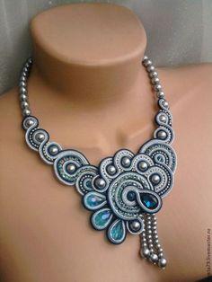 Blue Soutache braids with pearls. Quilling Jewelry, Jewelry Crafts, Jewelry Art, Jewelry Design, Soutache Pendant, Soutache Necklace, Blue Necklace, Fabric Jewelry, Beaded Jewelry