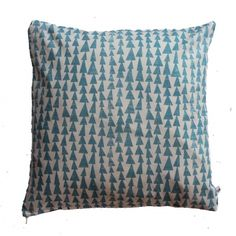 Ookinhetpaars maakt handgemaakte kussens. De voorkant is wit met lichtblauwe bomen. De achterkant is grijze canvas stof. In de zijnaad een rits. Het woonkussen is 40X40 cm. blauwe boompjes met grijze achterkant. -