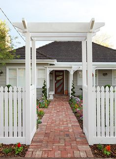 VIC - front yard / Team: Candy and Ryan Queenslander House, Weatherboard House, Yard Design, Fence Design, Garden Gates And Fencing, Front Yard Fence, Front Path, White Picket Fence, Picket Fences