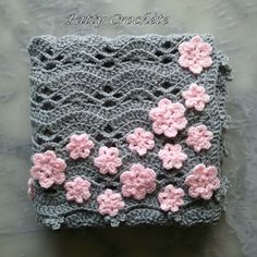 La petite grise. A sweet baby blanket made by Patty Crochète. Her free pattern, in French,  for the shell motif can be found here http://pattycrochete.canalblog.com/archives/2013/03/29/26771578.html