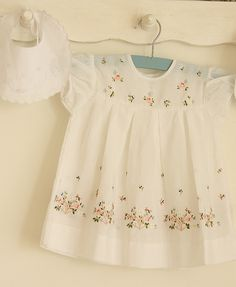 Sewing Baby Girl Delightful vintage baby dress - I found this beautiful little girl dress with flower embroidery in thrift store last weekend. I wish it is bigger enough for me :) Vintage Baby Dresses, Vintage Baby Clothes, Little Girl Dresses, Vintage Outfits, Girls Dresses, Dress Girl, Vintage Clothing, Little Girl Fashion, Kids Fashion