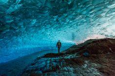 Οι παγωμένες σπηλιές μέσα στον παγετώνα Juneau's Mendenhall  στην Αλάσκα δεν είναι καθόλου εύκολα προσβάσιμες ακόμα και για τους πιο γενναίους ταξιδιώτες. Όσοι το τολμήσουν πρέπει να οδηγηθούν με καγιάκ στον παγετώνα και μετά να αναρριχηθούν στο πάγο για να φτάσουν. Ίσως όμως η θέα της λαμπερής μπλε οροφής των σπηλαίων να αξίζει τη προσπάθεια.
