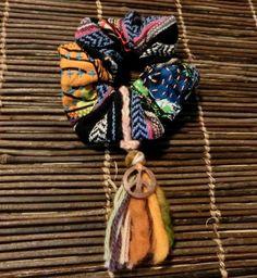 メキシカンラグにアフリカ布のパッチと刺し子をしたシュシュです☆チャームは取り外し出来ます!!ネパールウッドボタン付き☆ ハンドメイド、手作り、手仕事品の通販・販売・購入ならCreema。