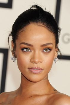 >> Rihanna - You only need to know some tricks to achieve a perfect image in a short time. Rihanna You, Rihanna Makeup, Rihanna Style, Rihanna Fenty, Beyonce, Rihanna Face, Good Girl Gone Bad, Beauty Make-up, Beauty Hacks
