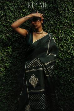 KEYAH X THE INKBLOT Code : Meadow Starting our new year with a new look-Bottle green pure silk organza saree highlighted by gold block… Simple Sarees, Trendy Sarees, Organza Saree, Silk Organza, Bottle Green Saree, Saree Poses, Silk Saree Blouse Designs, Saree Photoshoot, Saree Styles