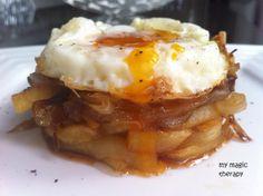 huevos fritos con cebolla caramelizada