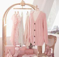 Mi armario es dividido en dos secciones. En esta sección del armadio hay mi ropa (que no es sólo rosa...), mis zapatos y un espejo. Yo soy muy desordenada y empleo oras para buscar lo que necesito....