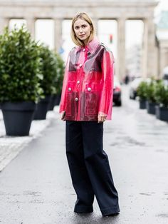 Die dänische Bloggerin Pernille Teisbaek war der Stargast bei der Schau von Dorothee Schumacher. Sie kam in transparentem Rainjacket und überlanger Cargo-Pants.