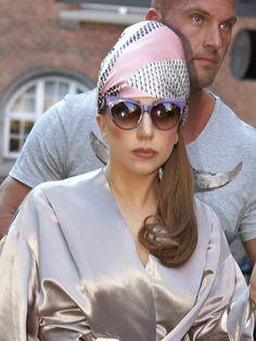 スカーフルックはチークがスパイス レディー・ガガ(Lady Gaga)