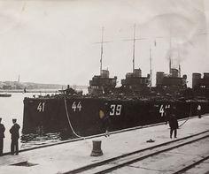 Krigsbåtar - tror det är på Gotland under sent 1920-tal.
