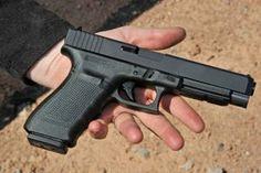 SHOT SHOW 2014: GLOCK bringt mit der GLOCK 41 eine vollwertige halbautomatische Safe-Action-Longslide-Pistole zum offenen Tragen auf den Markt. Die Waffe ist für den taktischen Einsatz als auch für IPSC-Schützen geeignet. http://www.all4shooters.com/de/Spezial/Messen-2014/SHOT-SHOW-2014-News/SHOT-SHOW-2014-Glock/SHOT-SHOW-2014-Glock-41-Kurzwaffe/