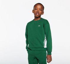 Sweatshirt à col rond Garçon LACOSTE en molleton bicolore avec marquage Vert/Blanc - 😍 Découvrir ici - #SweatshirtGarcon #SweatshirtLacoste #Lacoste #modegarcon #vetementsenfants Sweat Shirt, Lacoste, Raincoat, Boy Fashion, Hoodie Sweatshirts, Bicolor Cat